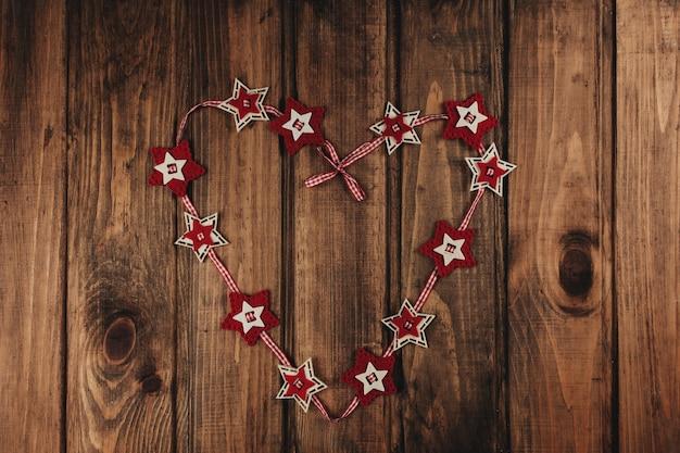 Sfondo di natale con ghirlanda di stelle rossa.