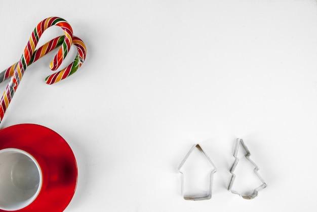 Sfondo di natale con dolci tradizionali e tazze di cioccolata calda vista dall'alto