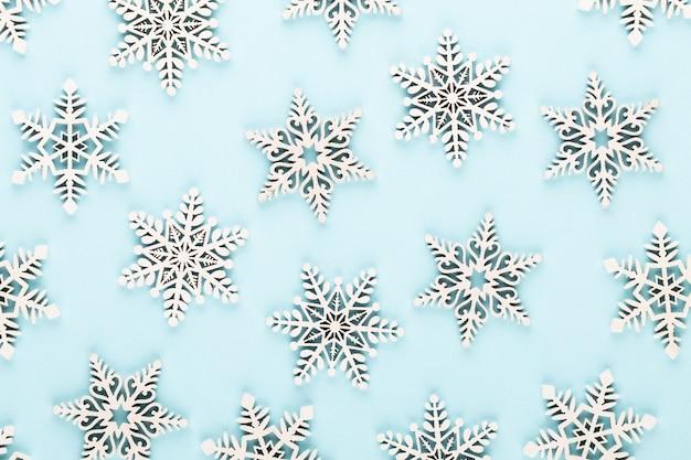 Sfondo di natale con decorazioni di neve bianca