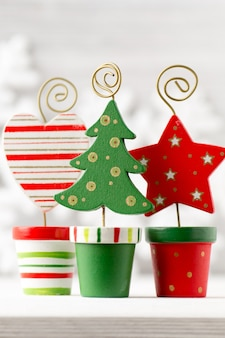Sfondi di natale. decorazioni natalizie su fondo di legno bianco.
