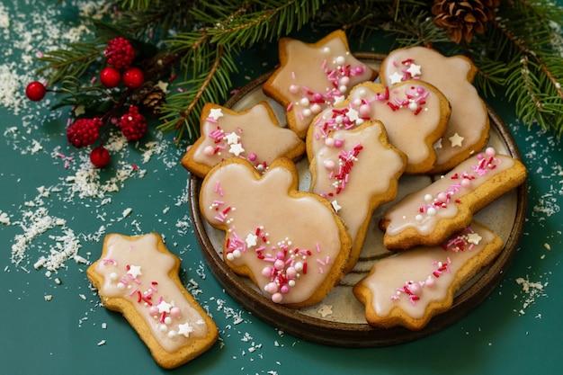 Cottura natalizia biscotti di pan di zenzero fatti in casa con glassa
