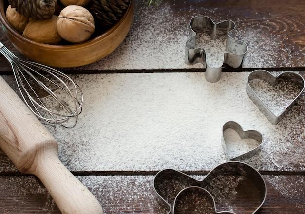 Cottura natalizia. ingredienti per preparare dolci natalizi su un legno con spazio per il testo