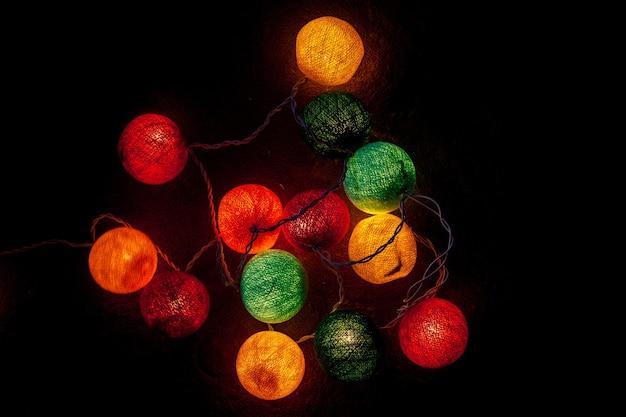 Fondo delle luci della palla di natale.