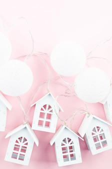 Palle di natale e fiocchi di neve decorativi sul concetto di vacanza di natale rosa modello biglietto di auguri