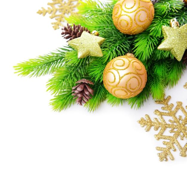 Palle di natale e stelle decorative sull'albero di abete, isolate su bianco