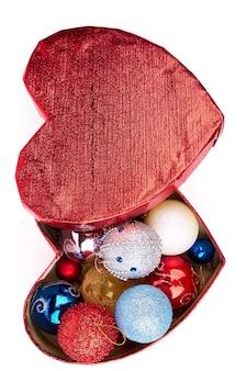 Palle di natale in scatola a forma di cuore, vista dall'alto.