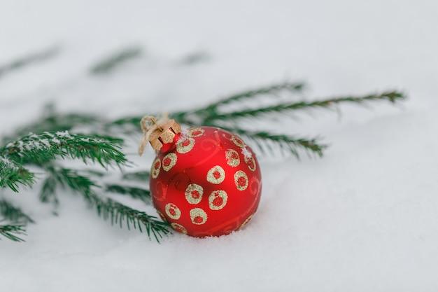 Palle di natale con la neve