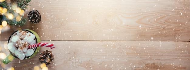 Striscione natalizio con fiocchi di neve in legno di cioccolato caldo marshmallow e rami di albero di natale