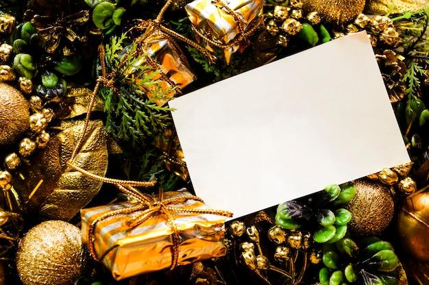 Cesto di natale con doni foglio mockup per il vostro testo