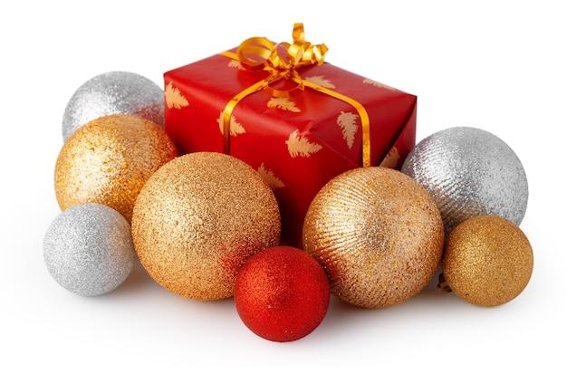 Palline di natale e confezione regalo festiva isolati su sfondo bianco