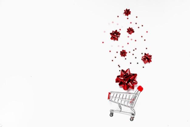 Concetto di natale e black friday. copyspace vista orizzontale superiore. sfondo di vendite festive