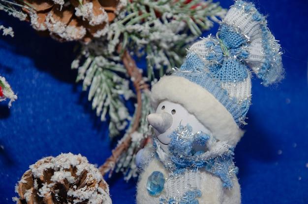Sfondo di natale blu con stelle e fiocchi di neve pupazzo di neve