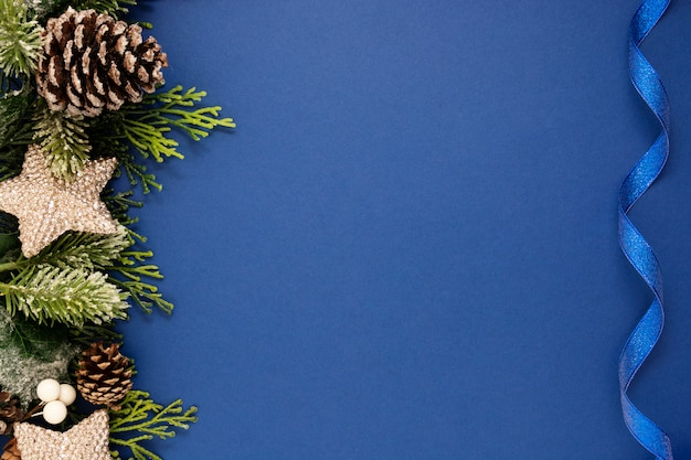 Blu di natale con il nastro blu, cartolina d'auguri di vacanze invernali di natale.