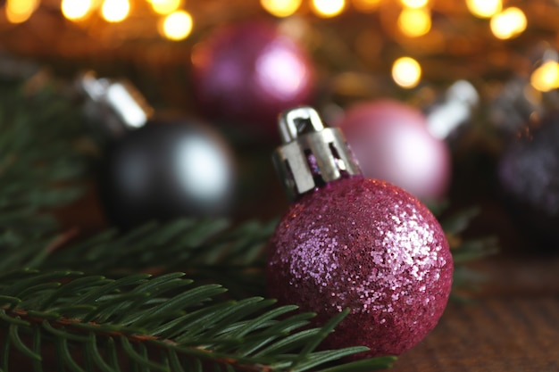 Natale sfondo sfocato con decorazioni natalizie luci di palle e rami di albero di natale