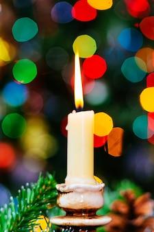 Bokeh di natale. nuovo anno. albero decorato, regali, candele