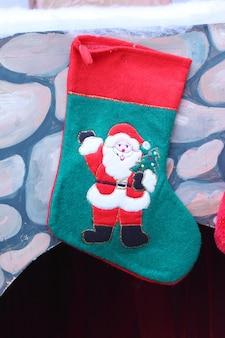 Stivale natalizio per i regali appesi al muro