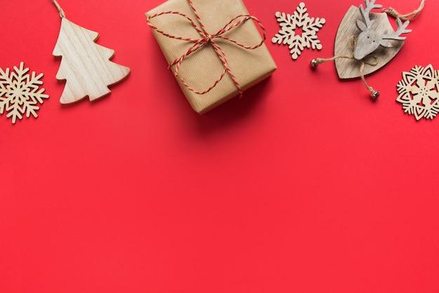 Boredr di natale di decorazioni fai da te in legno e regalo artigianale su spazio rosso