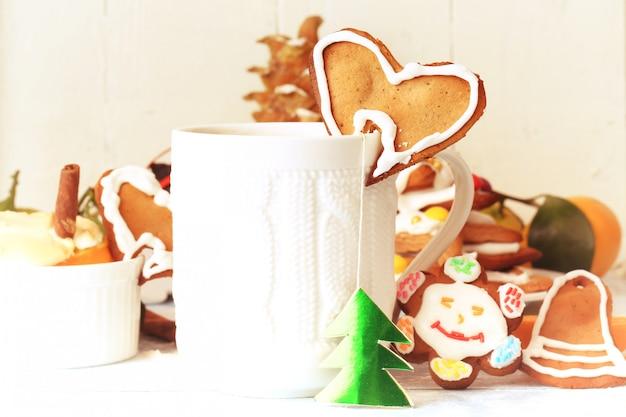 Tè della colazione di natale con il dessert alla cannella di cottura del biscotto di pan di zenzero