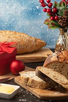 Colazione di natale con diversi tipi di pane.