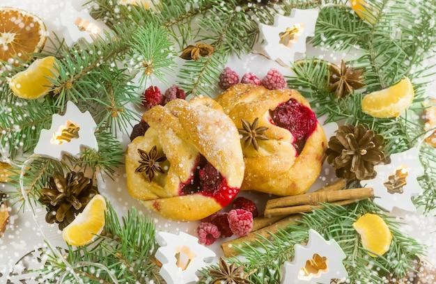 Focacce di natale con marmellata di lamponipasticcini alle spezie confettura di lamponi e mandarini