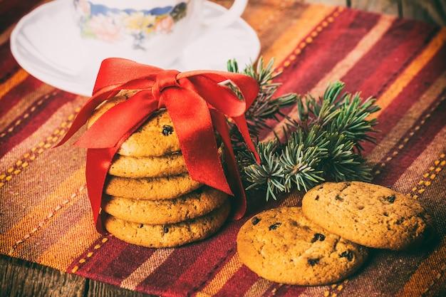 Biscotti natalizi al burro con uvetta Foto Premium
