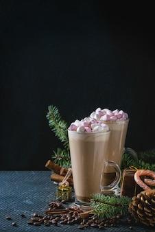 Caffè di natale con latte e marshmallow