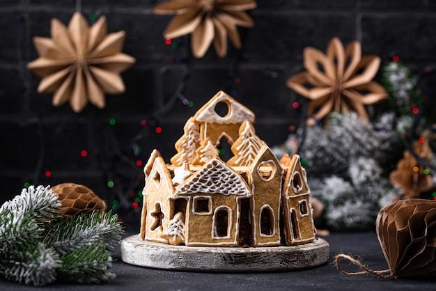 Torta di natale decorata con biscotti di panpepato a forma di case