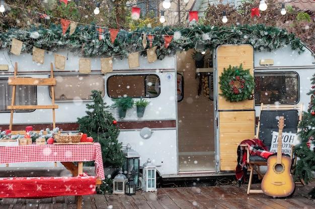 Campeggio di natale. il trailer è decorato con decorazioni natalizie.