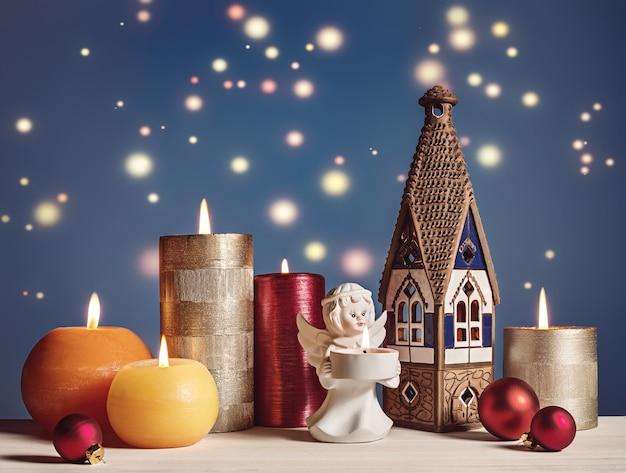 Natale. candele, angelo. casa.