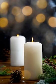 Candele di natale e ornamenti, sfondo scuro con luci bokeh