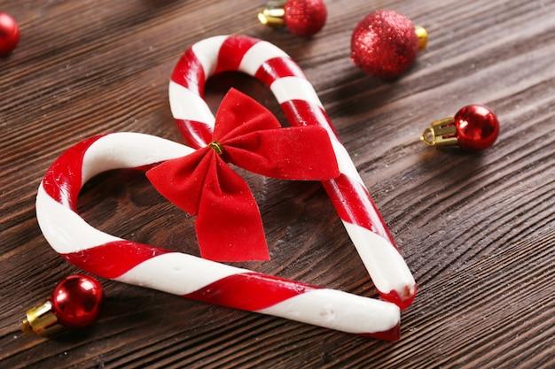 Bastoncini di zucchero di natale con decorazioni natalizie sul primo piano del tavolo