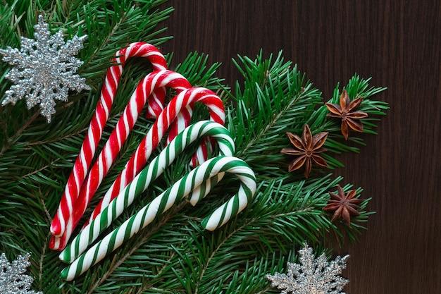 Biglietto natalizio. caramelle, abete rosso, caramelle, stella