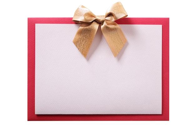 Vista frontale piana della busta rossa dell'arco dell'oro della cartolina di natale