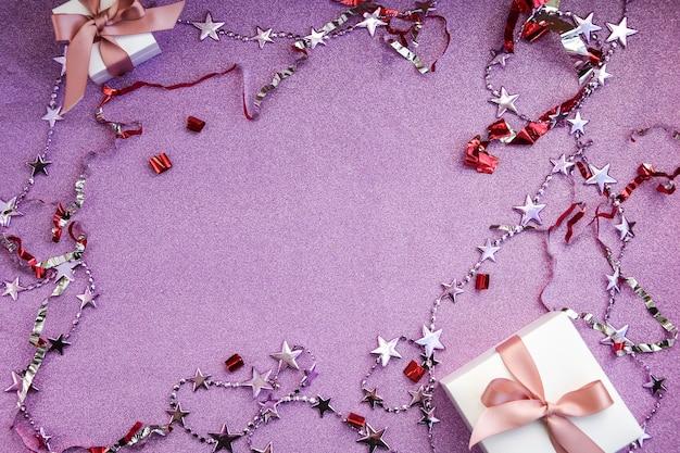 Cartolina di natale fatta di decorazioni scatole regalo scintillii e coriandoli