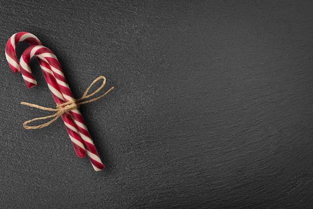 Cartolina di natale con bastoncini di zucchero