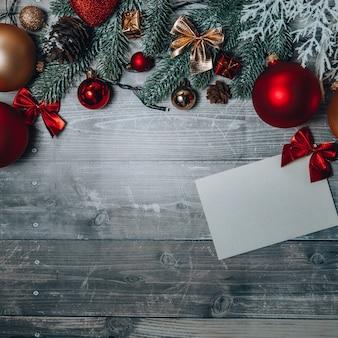 Cartolina di natale con decorazioni natalizie
