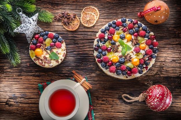 Cheesecake di natale con frutta fresca frutti di bosco fragole lamponi e anice stellato