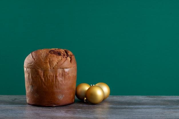 Panettone di torta al cioccolato natalizia con sottofondo di croma o chetotone panetone