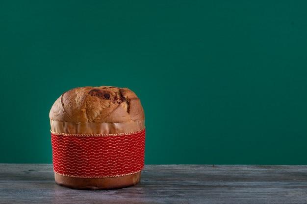 Panettone di torta al cioccolato natalizia con una striscia rossa in croma o chocotone in panetone