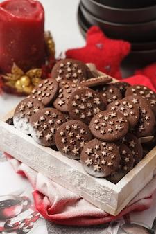Biscotti di pepita di cioccolato di natale in una scatola