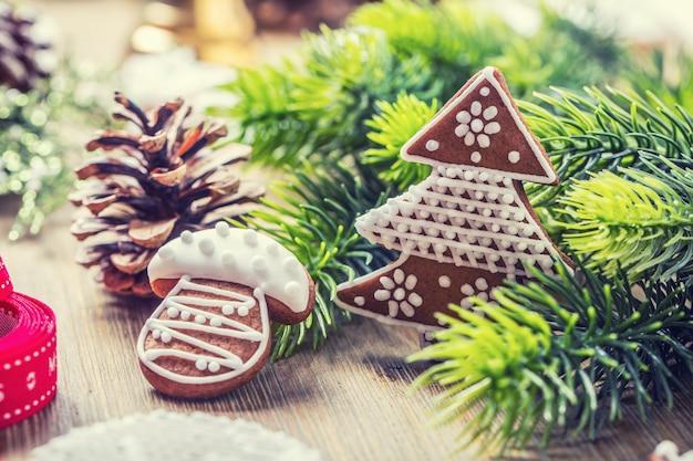 Natale. pigna e decorazione del pan di zenzero della pasticceria della palla di natale periodo natalizio.