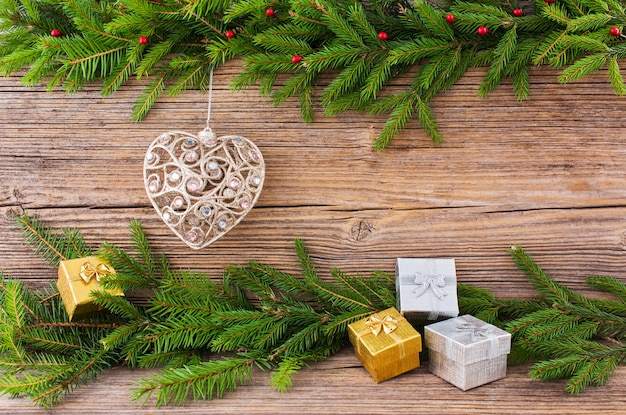 Natale . albero di abete di natale, giocattolo dell'albero di natale, regali sul vecchio fondo del bordo di legno con copyspace.