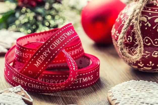 Natale. pan di zenzero e decorazione della pasticceria del nastro di natale.