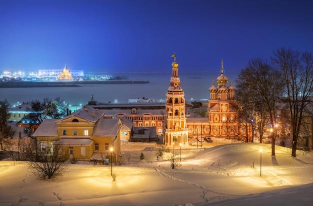 Chiesa di natale sulla riva del fiume volga a nizhny novgorod in inverno
