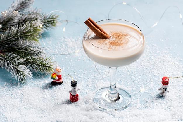 Zabaione cocktail di natale in un bellissimo bicchiere