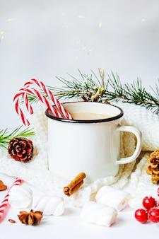 Cacao di natale con marshmallow. neweyar.vacanze. messa a fuoco selettiva