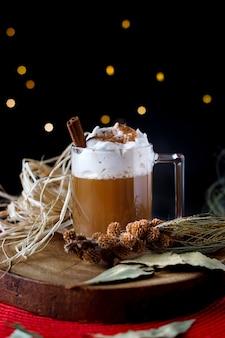 Caffè di natale con cannella e schiuma