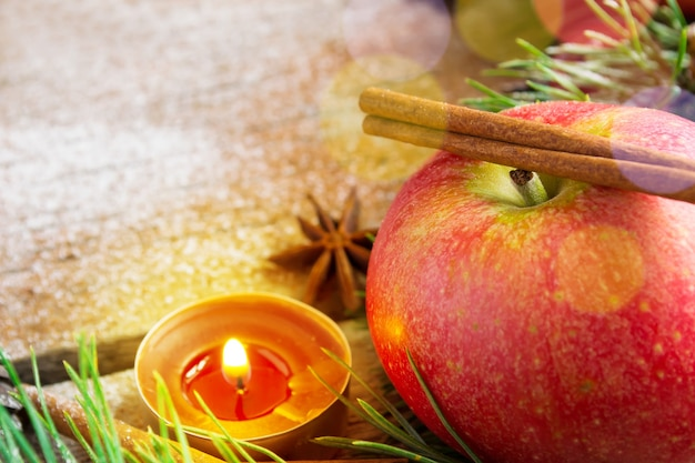 Composizione in natale: candela di mele e stecca di cannella.
