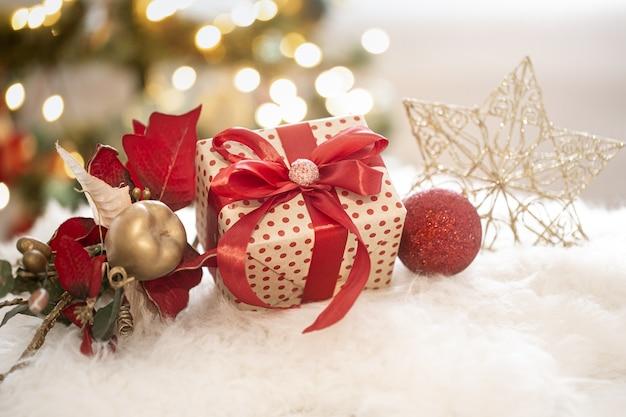 Composizione di natale di una confezione regalo di natale e di una decorazione