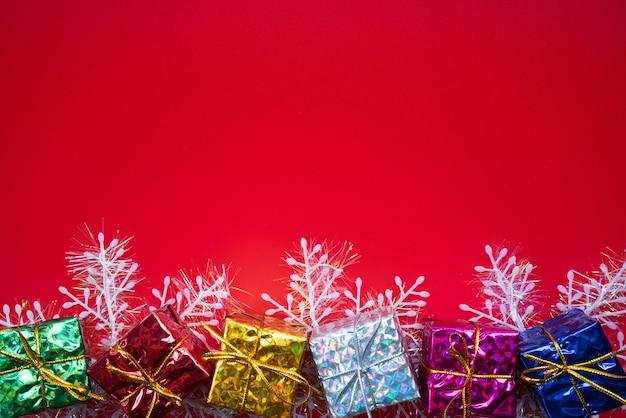 Composizione di natale regalo di natale su sfondo rosso. vista piana, vista dall'alto